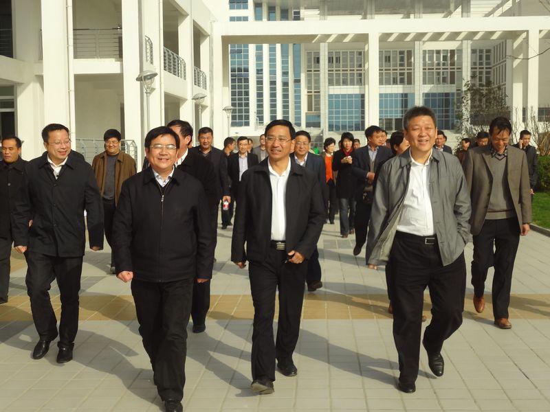 2013年11月15日涡阳县委书记巩中在梁栋书记和程修略县长陪同下