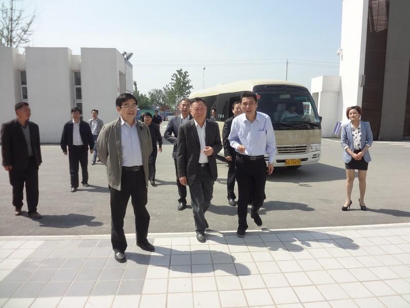 2014年5月6日省人防办主任黄亚洲在县委书记梁栋和校长王学哲